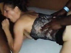 Белая дама для секса пригласила к себе темнокожего любовника с большим чёрным агрегатом