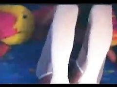 Красивая леди в эротических колготках в любительском видео дрочит киску