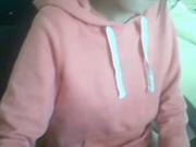 Молодая жена дома сняла на видео нижнее бельё и мокрую киску сдвинув трусики в сторону