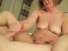 Толстая и зрелая домохозяйка в порно дрочит член поклонника ухоженными пальцами