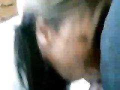 Нежная негритянка в домашнем видео отсасывает член волосатого толстяка