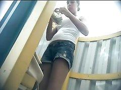 На любительском видео в пляжной кабинке переодеваются фигуристые туристки