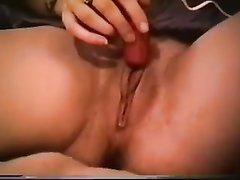 Вибратор и секс игрушка помогают симпатичной и влажной даме кончить со сквиртингом