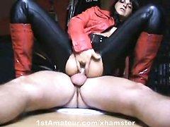 Любовница в штанах в анальном порно оседлала член попкой и дрочит киску