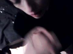 Брюнетка в домашнем порно интенсивно отсасывает член и дрочит клитор пальчиками