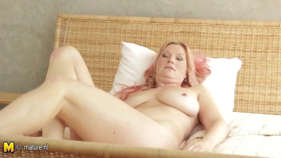 Сексуальная и зрелая домохозяйка в постели дрочит дырочку вибратором