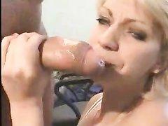 В анальном порно зрелую блондинку трахают в попу и обильно кончают в рот