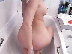 Домашнее видео с блондинкой трахающей свою попу в ванной шлангом от душа