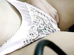Турецкая красотка не показывая лица в домашнем порно трогает киску поверх трусиков