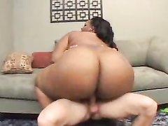 Толстая негритянка в дома снялась в анальном порно с белым поклонником