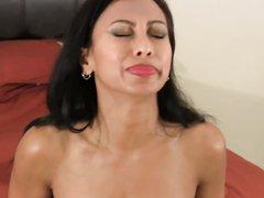 Испанская зрелая домохозяйка на секс встрече сосёт член на коленях ради буккакэ