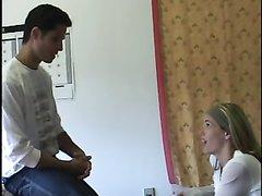 Зрелая развратница в домашнем видео отдалась молодому хахалю кончившему на лицо