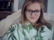 Очкастая немка раздвинув ноги дрочит клитор онлайн для друга по вебкамере