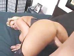 Грудастая и зрелая блондинка подарила кредитору своего мужа домашний секс