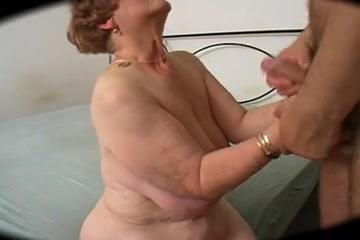 Толстая и зрелая немка предложила молодому соседу домашний секс с куни