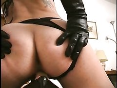 Влажная госпожа в порно с женским доминированием трахает киской рот кавалера