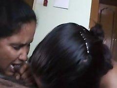 Молодая индианка любит оральный секс и отсасывает смуглый член зрелого партнёра