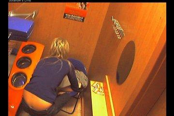 Скрытая камера стоит внутри солярия и записывает видео с голой клиенткой