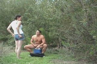 Красотка в горячем видео дрочит член мускулистому незнакомцу в кустарниках