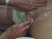 Видео бритья с пеной волосатой киски зрелой толстухи снятое крупным планом
