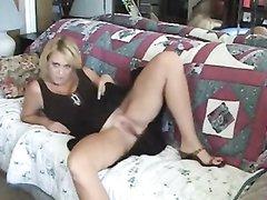 Раздвинув красивые ноги зрелая блондинка изящно дрочит дырку для интимного видео