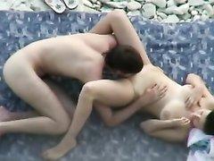 Пляжное видео снятое скрытой камерой с парочкой трахающейся после куни