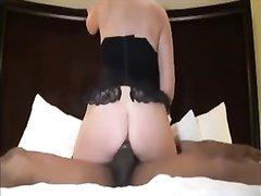 Негр в межрассовом видео трахает зрелую любовницу в белую попку чёрным агрегатом