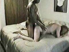 Негр в просторной постели для интимного видео натягивает жёстко белую любовницу