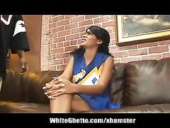 Худая негритянка в порно трахается с темнокожим любовником на кожаном диване