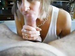 Шикарная зрелая дама с большими сиськами в порно дрочит член и обсасывает головку