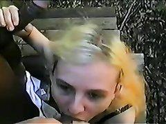 В межрассовом групповом порно блондинка сосёт неграм и получает от них куни