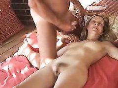 Мужик в немецком порно мастурбирует член и кончает на зрелую любовницу