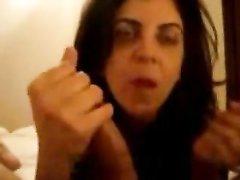Минет от зрелой латинской брюнетки сделан в любительском порно от первого лица
