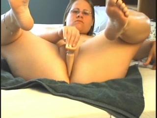 Упитанная домохозяйка в очках в порно дрочит киску фаллосом и вибратором