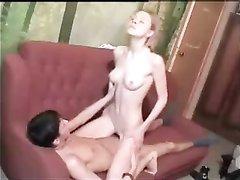 Нежная русская студентка в домашнем порно раздвинула ноги перед ловеласом