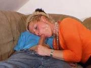 В горячем видео зрелая немецкая домохозяйка в чулках после вина раздвинула ноги
