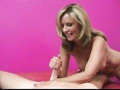 Грудастая зрелая проститутка для видео выполнила домашнюю мастурбацию члена