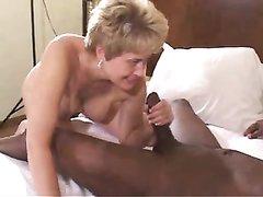 Зрелая британка довольная сексом с негритянским любовником кончившим внутрь