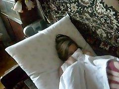 Молодая русская жена не встаёт с постели без домашнего секса с нежным минетом