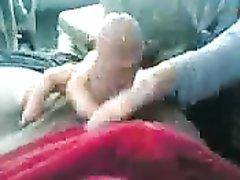 В салоне авто снято любительское видео с мастурбацией члена и проникновением