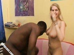 Здоровенный негр с белой домохозяйкой зажигает в жарком межрассовом порно