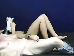 Блондинка в супружеском порно читает книгу и делает домашнюю мастурбацию мужу