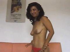 Зрелая и смуглая итальянка на видео снимает купальник для интима с любовником