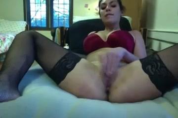 Видео любительской мастурбации от фигуристой шлюхи в чулках перед вебкамерой