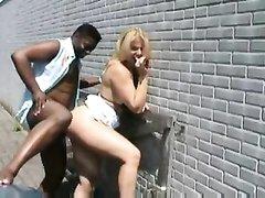 Блондинка увидев большой чёрный член негра пожелала секса прямо на улице