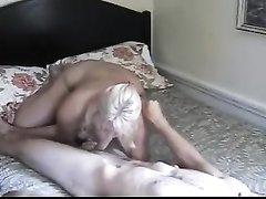 Зрелая блондинка в любительском видео с куни и минетом отдалась студенту