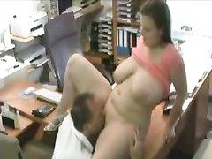 Толстая бизнес леди в офисном видео предложила зрелому сотруднику куни и интим