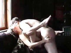 Зрелый мужчина в домашнем порно интенсивно трахает молодую поклонницу