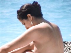 Любитель подглядывать снимает на видео на каменистом пляже голую незнакомку