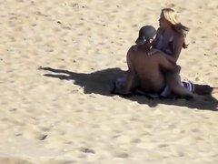 Парочка занимаясь сексом на пляже была записана на видео случайным прохожим